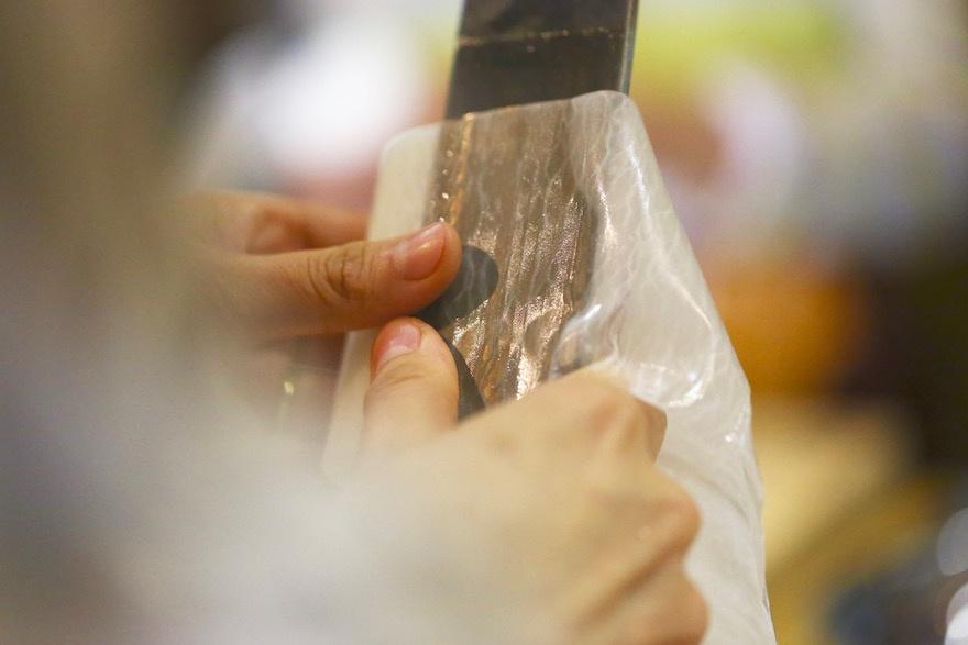 マクロビオティック京料理教室 むそう塾 かつらむきをする塾生